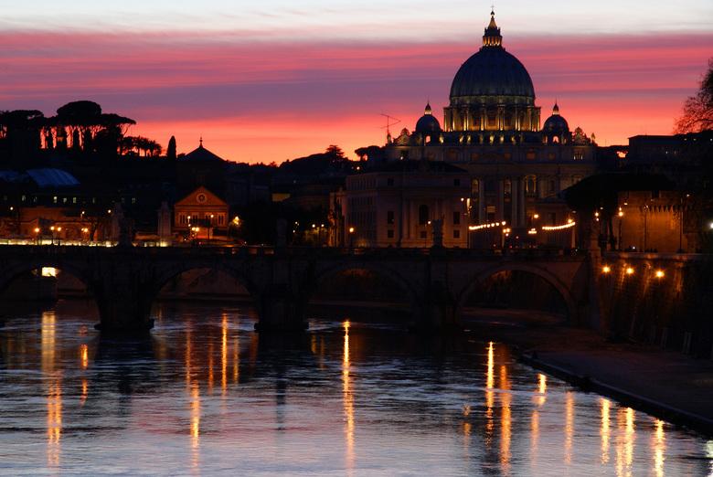 St Pieter Sunset - Gemaakt tijdens een wandeling door Rome. Zicht op de rivier de Tiber met daarover Ponte Sant'Angelo en zicht op de Sint Pieter