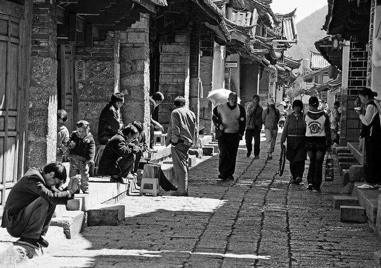 china8 - Een straat in het zuid-westen van China.<br /> Iedereen is wel met iets bezig, waardoor het een levendig geheel is.