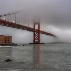 Golden Gate Bridge in de mist