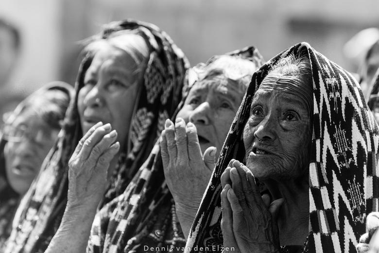 Semana Santa in San Pedro, Guatemala - oudere vrouwen bidden tot Jezus tijdens Semana Santa, de heilige week voor pasen, in San Pedro, Guatemala.