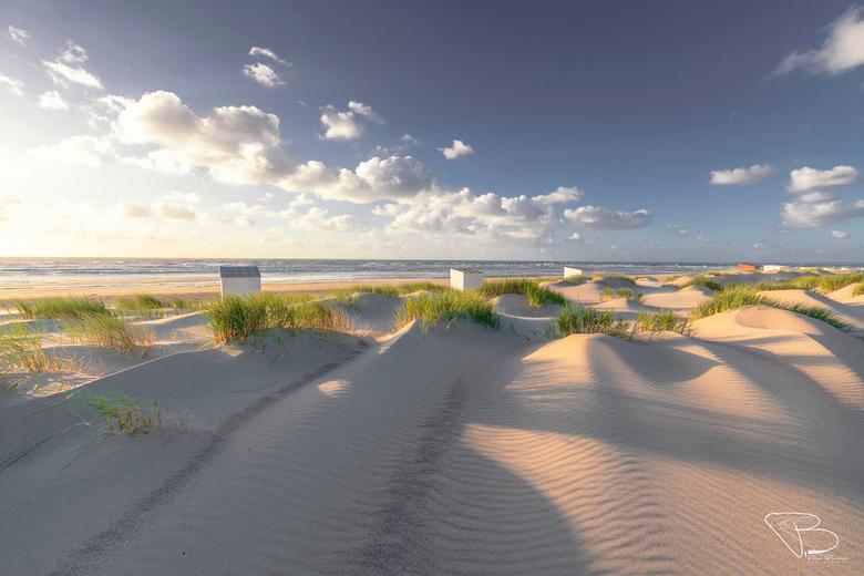 Road to Freedom - Een heldere zonsondergang aan het strand van Oostkapelle, gezien vanaf het duingebied