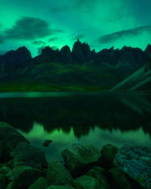 Glowing Green - Het noorderlicht zorgt voor een groene gloed op het landschap in de Yukon, Canada. Het was de eerste nacht dat we hier in Tombstone Te