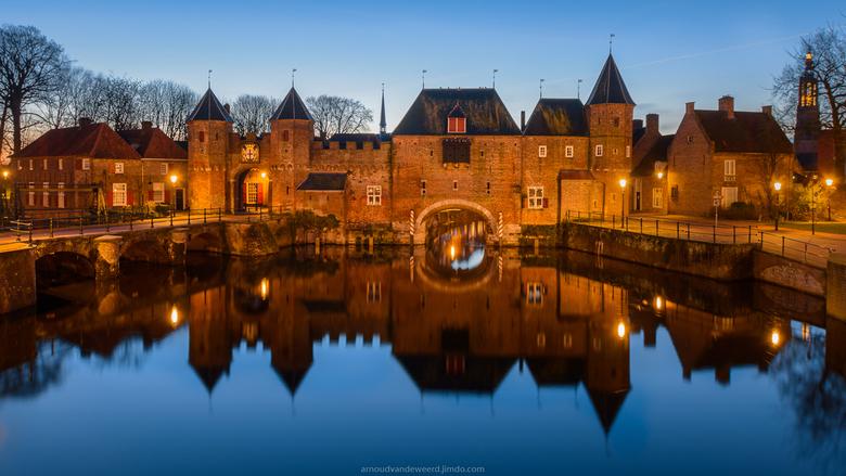 """Koppelpoort Amersfoort - Ijskoude, maar prachtige omstandigheden tijdens het blauwe uurtje bij de Koppelpoort in Amersfoort.<br /> <br /> <a href=""""h"""