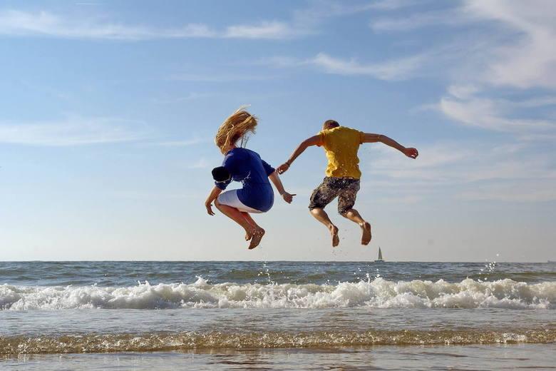 Plezier langs het strand in Scheveningen - Over de golven springen is altijd leuk... <br /> zelfs als de golven helemaal niet hoog zijn.<br /> <br /