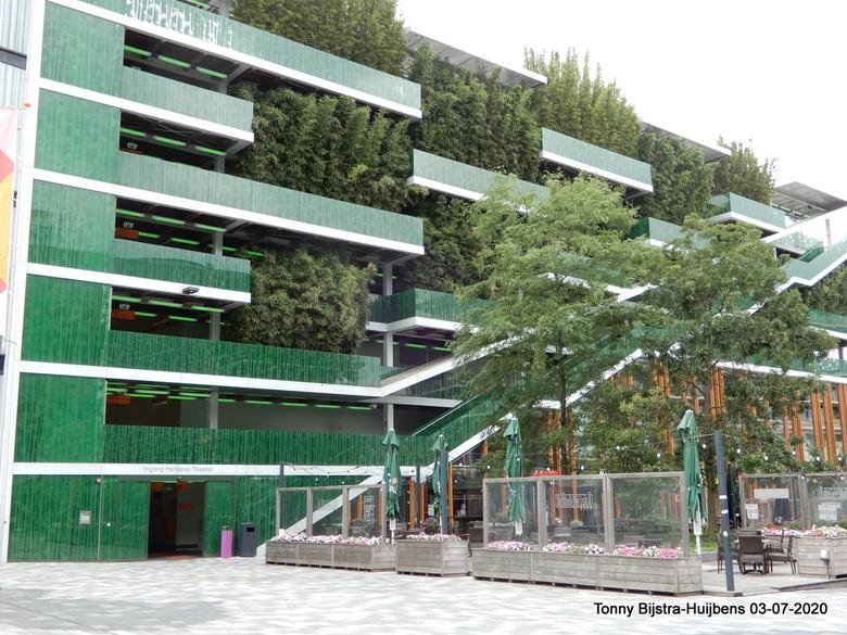 parkeergarage - achter een facade van groen gaat een parkeergarage schuil, die hoort bij een theater. het geeft een fraaie aanblik als je op het plein