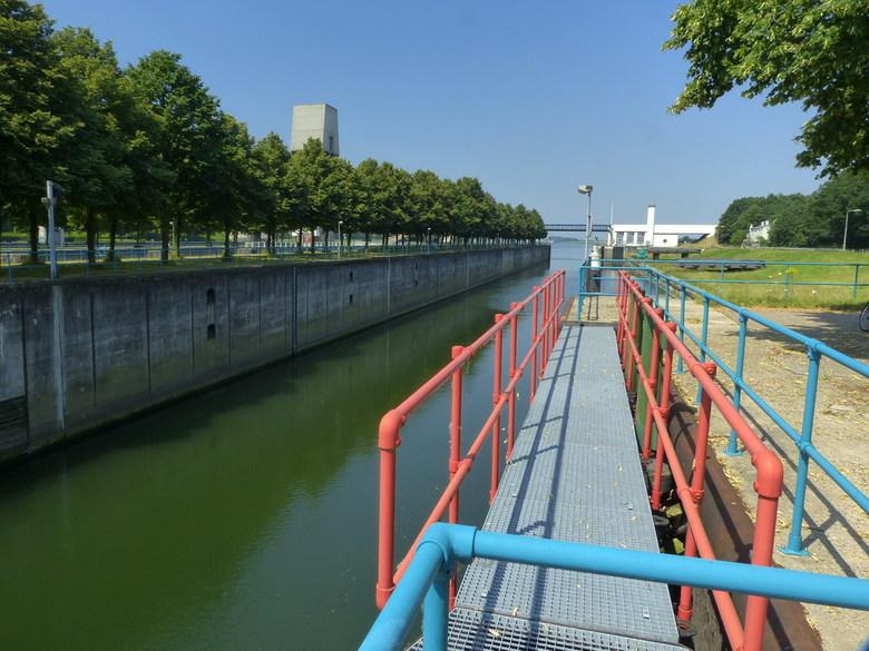Amsterdam Rijnkanaal en omgeving 441. - Prinses Marijkesluizen is een sluizencomplex in het Amsterdam Rijnkanaal bij Rijswijk (Gelderland) en Ravenswa