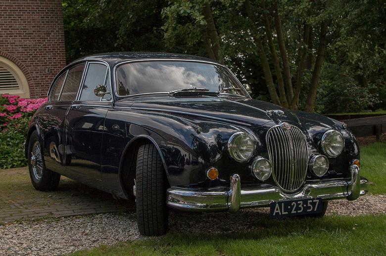 Jaguar - Deze fraaie Jaguar is nog van het 'oude techniek' tijdperk. Orthodoxe techniek en fraaie lijnen.