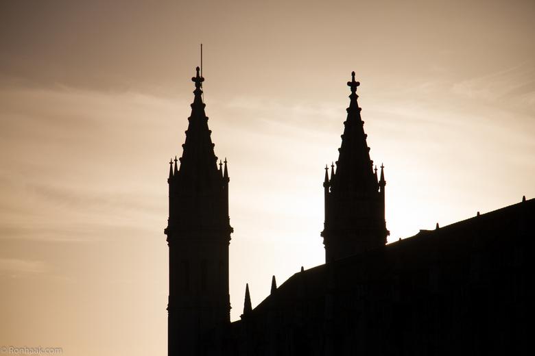 Santa Maria de Belém - Als de avond invalt en het licht de gebouwen in silhouetten veranderd in Santa Maria de Belém, een voorstad van Lissabon, krijg
