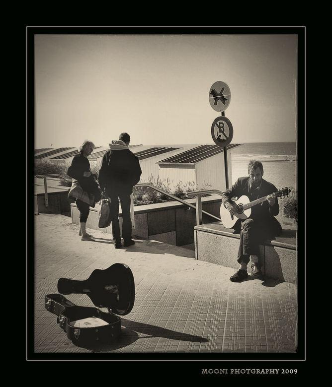 straat muzikant - Een straat muzikant die zn brood probeert te verdienen op de zeedijk van Oostende,Belgie