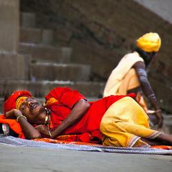 Sadhu slaapt en sadhu zit