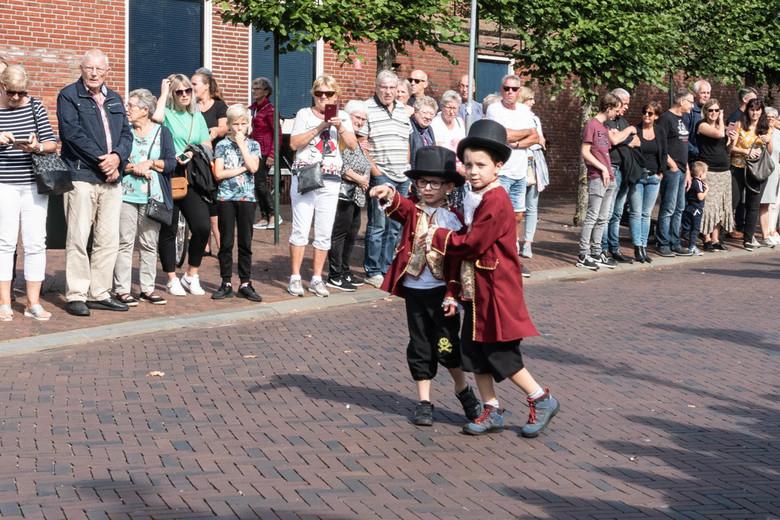 Damsterdag - Damsterdag, Appingedam. Tussen de optocht/papiercorso door liepen deze prachtig, geklede jongetjes op straat. Met hun hoeden op en pracht