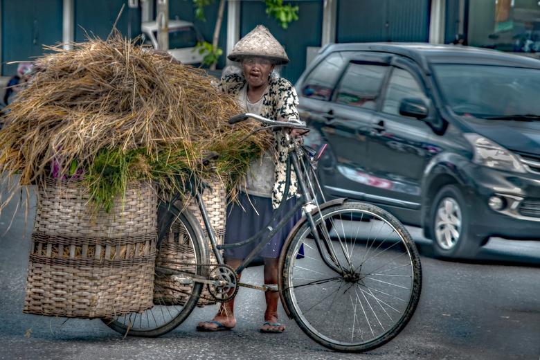 Transport 1 - Een druk kruispunt in Yog Yakarta wachtend tot ze kan oversteken<br />