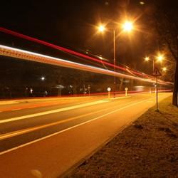 Rijdende stadsbus bij nacht