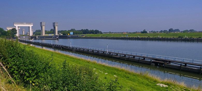 Amsterdam Rijnkanaal en omgeving 437 - Prinses Irenesluizen in het Amsterdam Rijnkanaal, waar het kanaal aansluit naar de rivier de Lek, net buiten Wi
