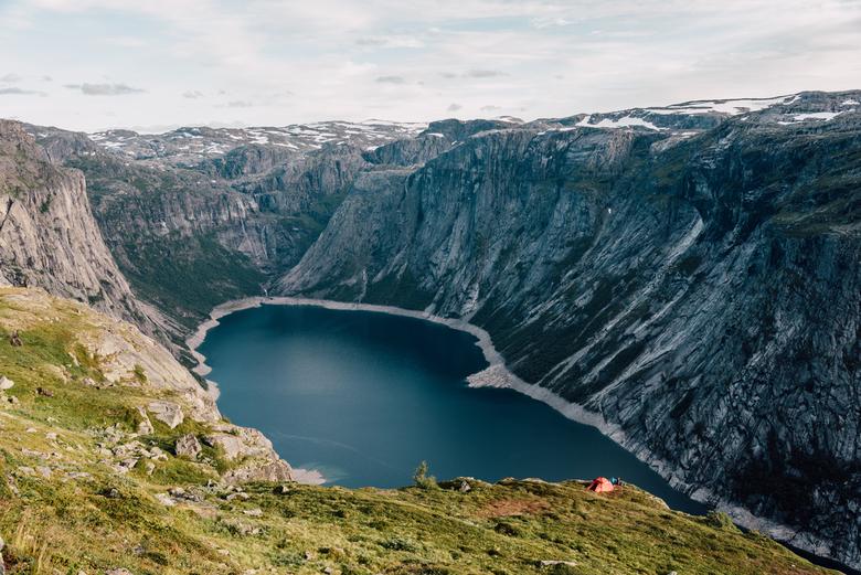 Out There - Toch wel een episch plekje om je tent op te zetten. Zalig om zo door de bergen te wandelen.<br /> <br /> FB: https://www.facebook.com/Sh