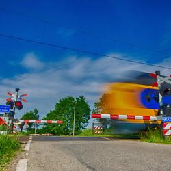 NS trein kameel passeert overgang
