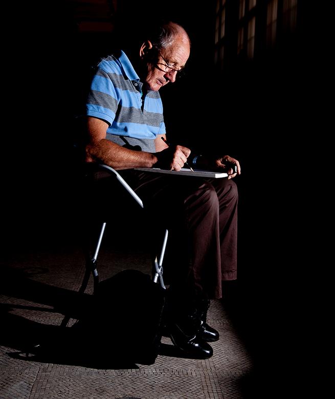 Eenzame tekenaar - Deze man kwam ik tegen in het v&a museum in London. Ik heb een flitser gebruikt om hem alleen in het donker neer te zetten.