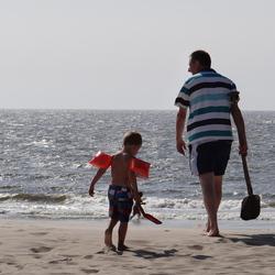Met opa op het strand