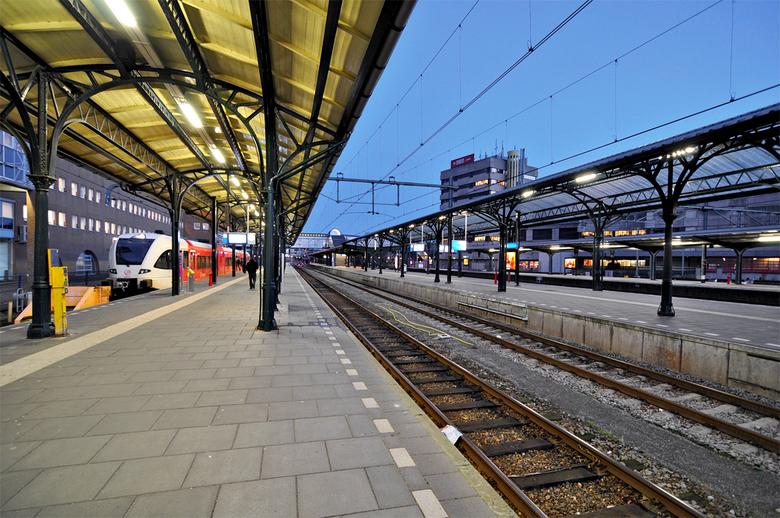 Station - Perron van het station Groningen. Het wordt donker. Krijg je mooi licht van.