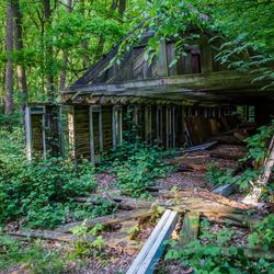 Oude schuur verstopt in de bossen