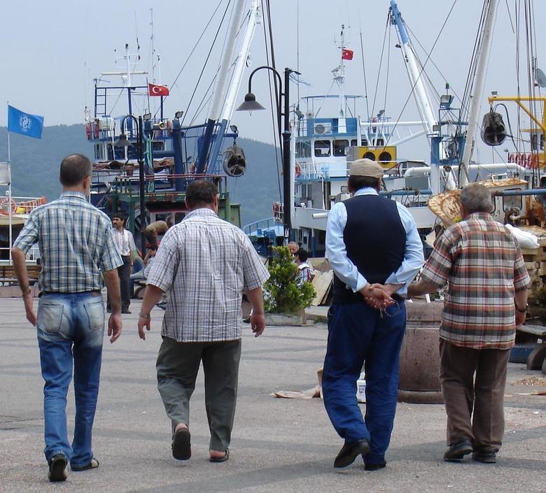 Vier op de pier - Vier Turkse mannen op de kade langs de Bosporus.