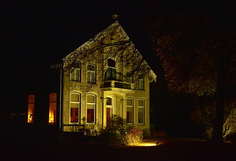 Verlichte boerderij in - in Groningen in de buurt van Beerta.
