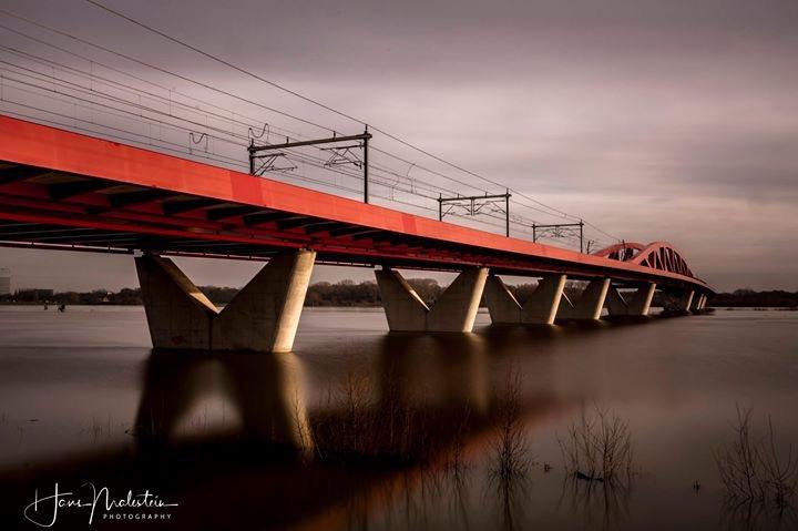 Rode spoorbrug Zwolle - Hoog water van de IJssel bij de rode spoorbrug in Zwolle/Hattem.