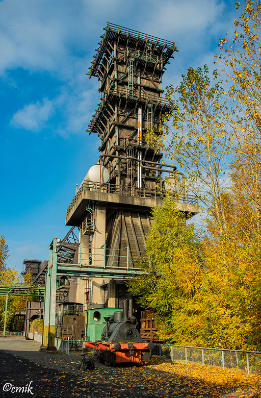 Dortmund: Industriedenkmal Kokerei Hansa (Duitsland) - De kolentoren op het binnenplein met daarbij 2 locomotieven.<br /> De centrale cokesfabriek Ha