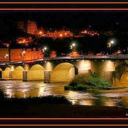 Bewerking: Lange sluitertijden van verlichte brug in Frankrijk