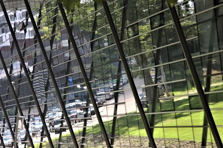 Spiegelwand  - Spiegelwand van de bibliotheek van de TU Delft <br /> gtjs. AJ.62