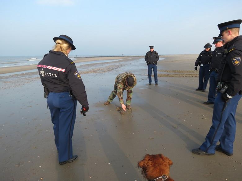 GRANAAT 1 - Uw razende reporter uit Petten was weer op pad,vanwege de kust versterking,waarbij er voor de dijk een enorm strand komt,is er nogal wat l