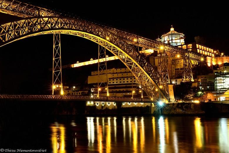 Bridge of Gold - De Ponte Dom Luís I in Porto. Deze bijzondere brug over de Douro, is rond 1880 gebouwd door een leerling van Gustav Eiffel. De boog,