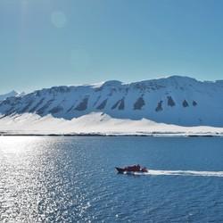 Patrouile boot bij Spitsbergen