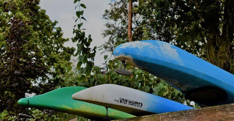 We Want Water - Ook dit ligt bij ons in de tuin, 3 kajaks ondersteboven, boven op de schuur.