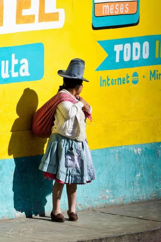 Traditie vs. modernisme - Deze foto werd genomen in Huaraz, een stad in Peru die de perfecte uitvalsbasis vormt voor trekkings in het Andesgebergte. H