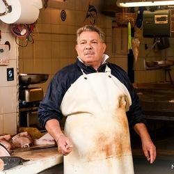 visverkoper in op de vismarkt van Siracuse