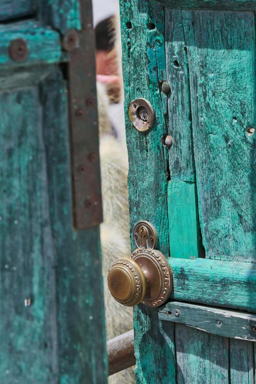 Peepshow - Ik liep langs deze deur, welke toegang gaf tot een binnenruimte waar een terras was en muziek gespeeld werd.<br /> Omdat de deur op een ki
