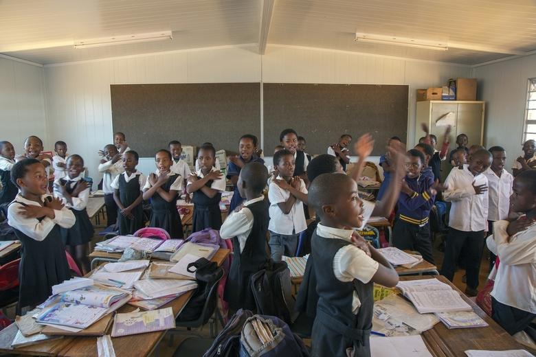 Zuid-Afrika 241 - Een klas zong ons toe toen we deze bezochten. Voelde wel wat ongemakkelijk.<br /> Veel schooluniformen, maar niet iedereen. De arms