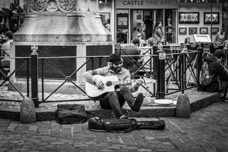 De vrolijke noot - Straatmuzikant in Canterbury. Hij heeft er duidelijk zijn in