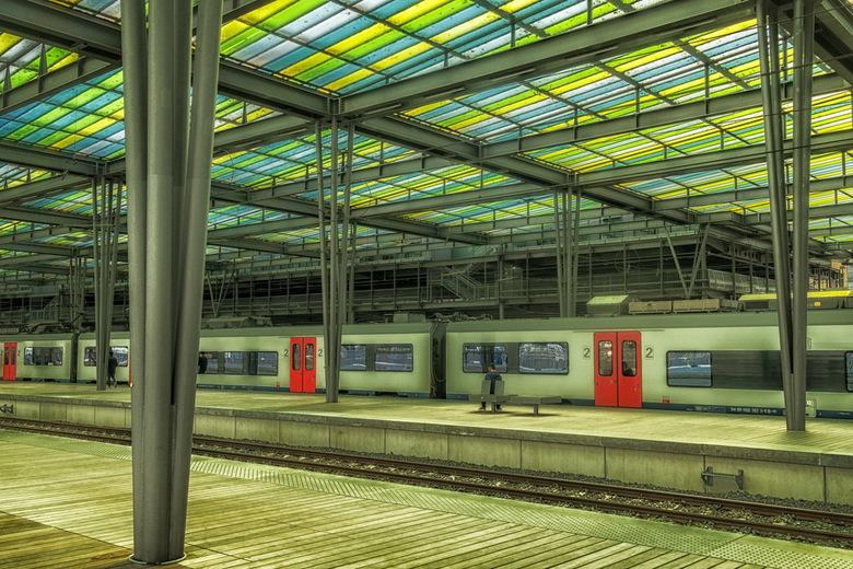 Station Oostende - Een nieuw station in Oostende met gekleurd dak over de perrons.