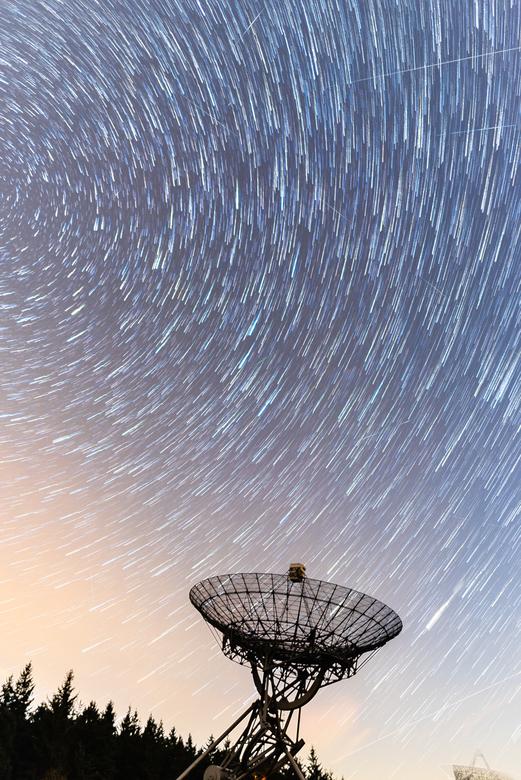 Star trails bij de radio telescoop in Westerbork - Stapel foto's met radiotelescoop Westerbork op de voorgrond. Een paar meteorieten en een satel