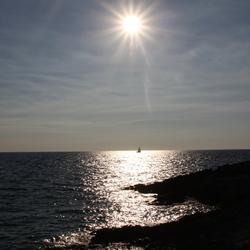 Zeilen bij een ondergaande zon