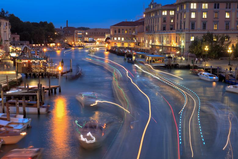 Venetie.jpg - Kleurrijk lijnenspel op de Canal Grande in Venetië tijdens het vallen van de avond
