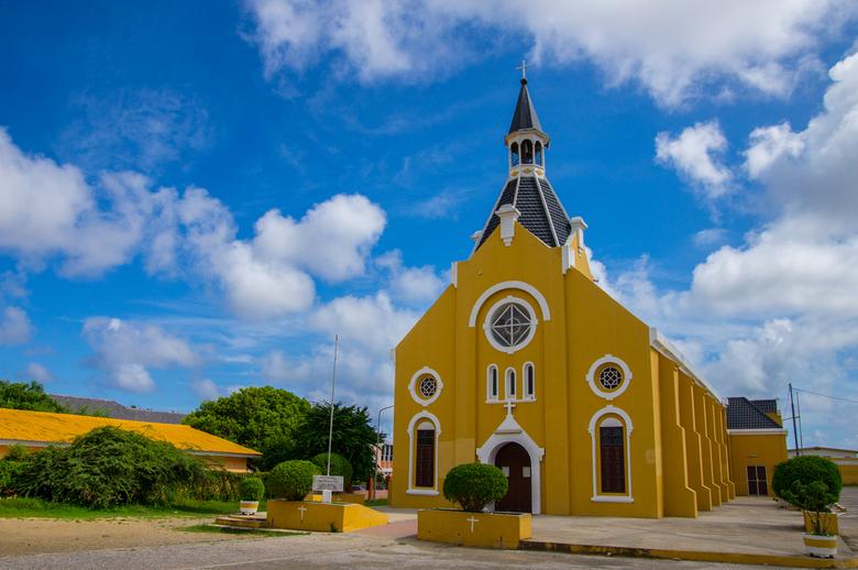 Kerk van Santa Rosa - In tegenstelling tot veel landen zijn de kerken in Curacao knalgeel.