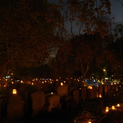 Lichtjes avond op oude begraafplaats.