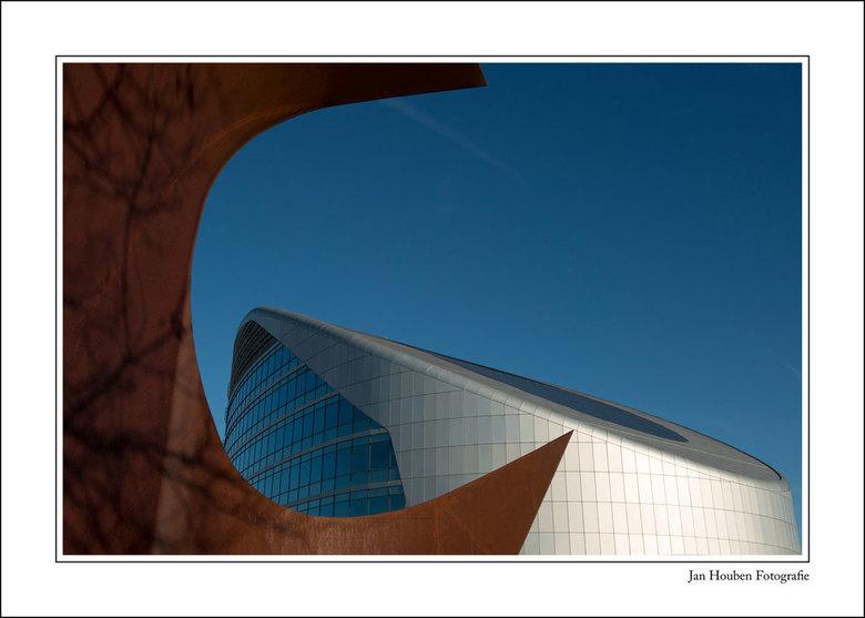 Sabic (2) - Sabic-gebouw te Sittard - nu met een blauwe lucht.