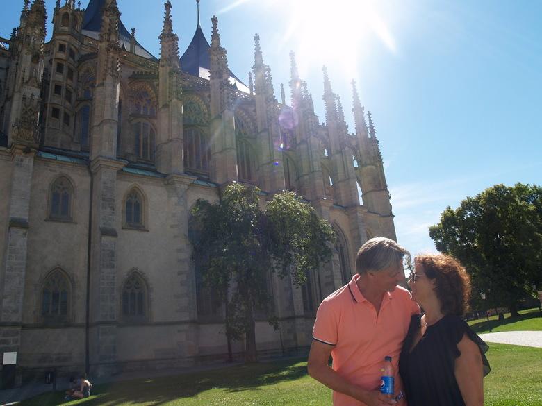 """Verliefd in Tsjechië - Dit zijn mijn vader en stiefmoeder voor het cathedral in Kutná Hora. Ik zag de lichtval en zei meteen """"ga daar staan snel snel"""""""