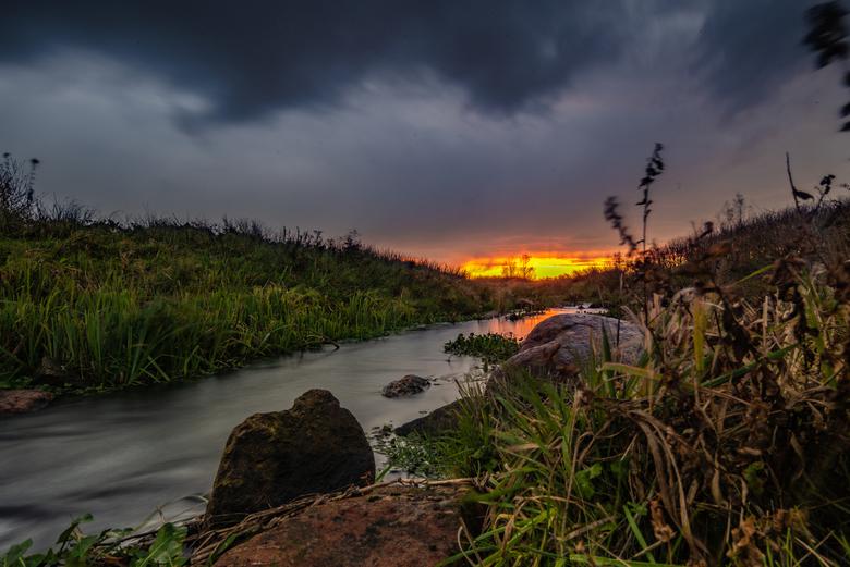 zon onder - zonsondergang met lange sluitertijd bij Steenwijk 19-11