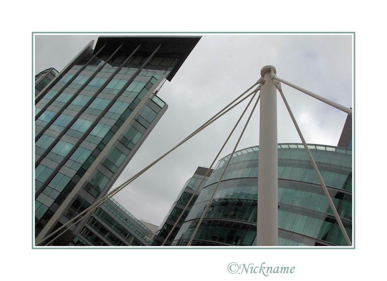 Spin in web - Deze metalen constructie bevindt zich als een spin in zijn web tussen de moderne architectuur