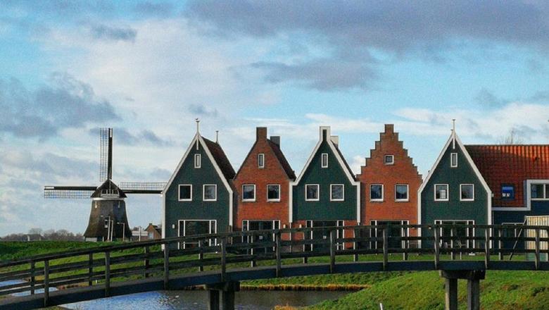 Typical Dutch - Heerlijk Hollands. Volendamse huisjes met een brug en een molen.